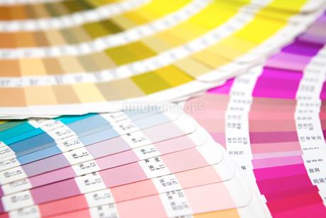 扇状に広げた沢山のカラーチャート。彩り、カラフル、デザイン、コーディネイト、イメージの写真素材 [FYI03667088]