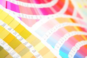 扇状に広げた沢山のカラーチャート。彩り、カラフル、デザイン、コーディネイト、イメージの写真素材 [FYI03667118]