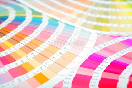 扇状に広げた沢山のカラーチャート。彩り、カラフル、デザイン、コーディネイト、イメージの写真素材 [FYI03667122]