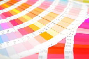 扇状に広げた沢山のカラーチャート。彩り、カラフル、デザイン、コーディネイト、イメージの写真素材 [FYI03667123]