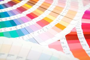 扇状に広げた沢山のカラーチャート。彩り、カラフル、デザイン、コーディネイト、イメージの写真素材 [FYI03667126]