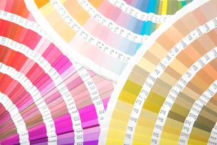 扇状に広げた沢山のカラーチャート。彩り、カラフル、デザイン、コーディネイト、イメージの写真素材 [FYI03667135]