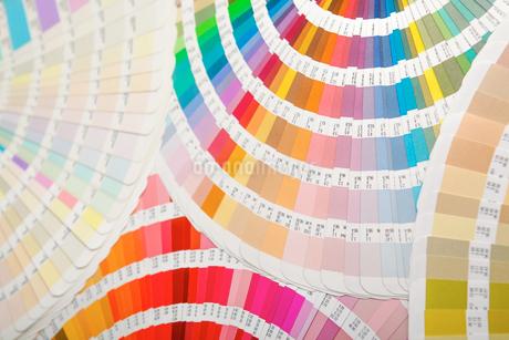 扇状に広げた沢山のカラーチャート。彩り、カラフル、デザイン、コーディネイト、イメージの写真素材 [FYI03667160]