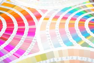 扇状に広げた沢山のカラーチャート。彩り、カラフル、デザイン、コーディネイト、イメージの写真素材 [FYI03667161]