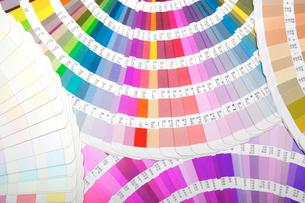 扇状に広げた沢山のカラーチャート。彩り、カラフル、デザイン、コーディネイト、イメージの写真素材 [FYI03667171]