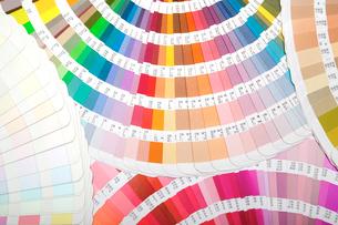 扇状に広げた沢山のカラーチャート。彩り、カラフル、デザイン、コーディネイト、イメージの写真素材 [FYI03667198]