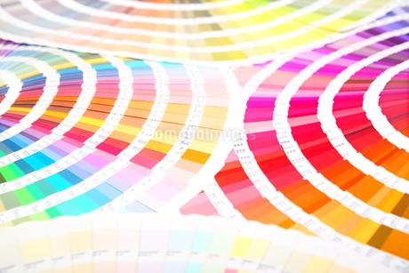 扇状に広げた沢山のカラーチャート。彩り、カラフル、デザイン、コーディネイト、イメージの写真素材 [FYI03667204]