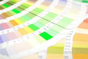 扇状に広げた沢山のカラーチャート。彩り、カラフル、デザイン、コーディネイト、イメージの写真素材 [FYI03667206]
