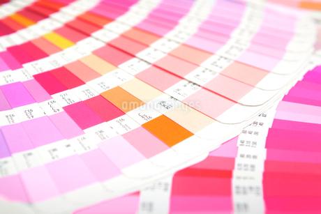 扇状に広げた沢山のカラーチャート。彩り、カラフル、デザイン、コーディネイト、イメージの写真素材 [FYI03667209]