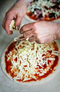 Man preparing pizzaの写真素材 [FYI03667296]