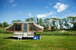 Miniature Camper in Fieldの写真素材 [FYI03667410]
