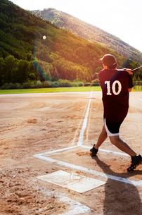 Softball player hitting ball in playing fieldの写真素材 [FYI03667727]