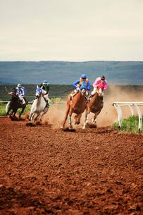 Men and teenager (16-17 ) horse racing on dirt trackの写真素材 [FYI03667729]