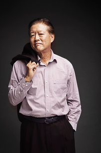 Studio portrait od senior manの写真素材 [FYI03668346]