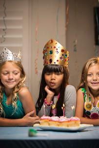 Children (6-7, 8-9) at partyの写真素材 [FYI03668357]