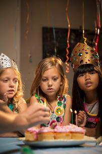 Children (6-7, 8-9) at partyの写真素材 [FYI03668358]