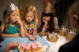 Children (6-7, 8-9) at partyの写真素材 [FYI03668359]