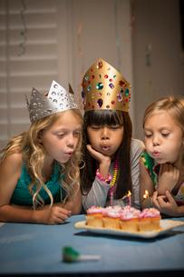 Children (6-7, 8-9) at partyの写真素材 [FYI03668360]