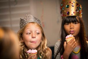 Children (8-9) at partyの写真素材 [FYI03668361]