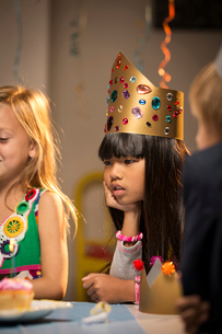 Children (6-7, 8-9) at partyの写真素材 [FYI03668362]