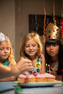 Children (6-7, 8-9) at partyの写真素材 [FYI03668364]