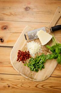 Chopped ingredients on cutting boardの写真素材 [FYI03669232]