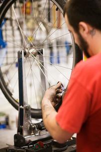 Bicycle repairman workingの写真素材 [FYI03670523]