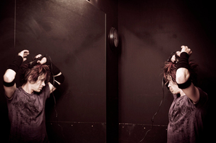 Musician preparing for performanceの写真素材 [FYI03670613]