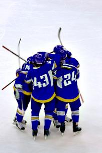 Hockey team huddling standing on field iceの写真素材 [FYI03672139]