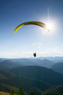 Man skydiving over mountainsの写真素材 [FYI03672215]