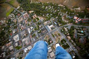 Man's legs floating over city streetsの写真素材 [FYI03672219]