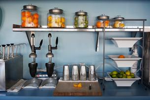 Fresh juice preparation stationの写真素材 [FYI03672248]