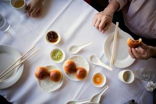 Man eating snack in restaurantの写真素材 [FYI03673644]