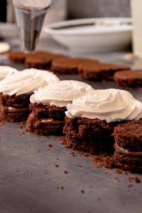Chocolate sandwich cookies on tableの写真素材 [FYI03674008]