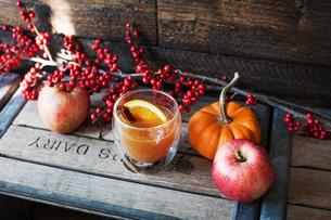Orange juice with cinnamon on crateの写真素材 [FYI03676350]