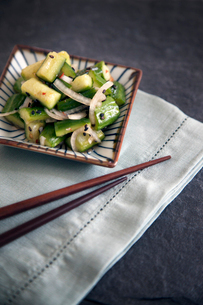 Vegetable salad served with chopsticksの写真素材 [FYI03676678]