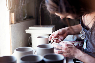 Young potter in workshopの写真素材 [FYI03676760]