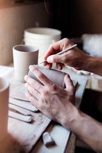 Potter carving mug, close-upの写真素材 [FYI03676761]