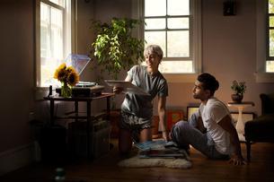Young couple looking at vinyl discsの写真素材 [FYI03677946]