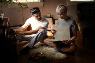 Young couple looking at vinyl discsの写真素材 [FYI03677947]