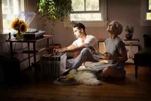 Young couple looking at vinyl discsの写真素材 [FYI03677950]
