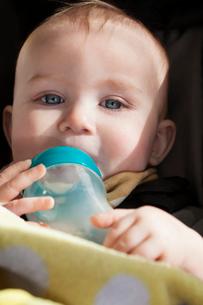 Portrait of baby boy (6-11 months) drinking form baby bottleの写真素材 [FYI03678712]