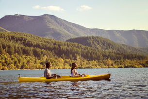 Young couple enjoying mountain views from kayakの写真素材 [FYI03678925]