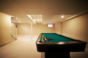 Pool table in empty basementの写真素材 [FYI03679042]