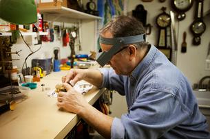 Clockmaker repairing clock motorの写真素材 [FYI03679364]