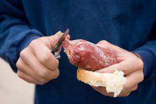 Man eating sausageの写真素材 [FYI03680033]