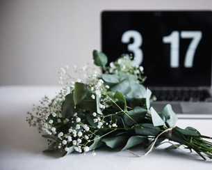 Bunch of flowers and clock on tableの写真素材 [FYI03680341]