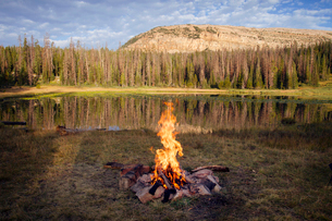 Camp fire at lake sideの写真素材 [FYI03680385]