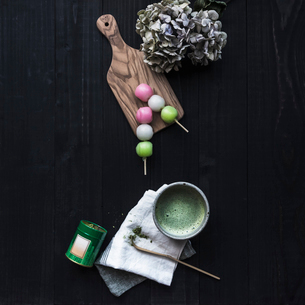 Colorful snack and bowl with spirulina liquidの写真素材 [FYI03680770]