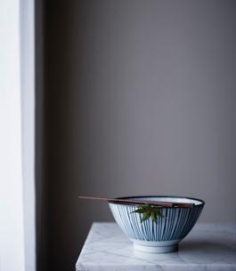 Ceramic bowl and chopsticksの写真素材 [FYI03680771]